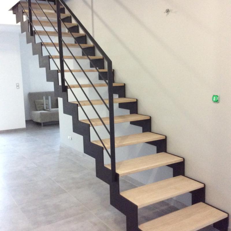 Escalier métallique intérieur avec marche en bois